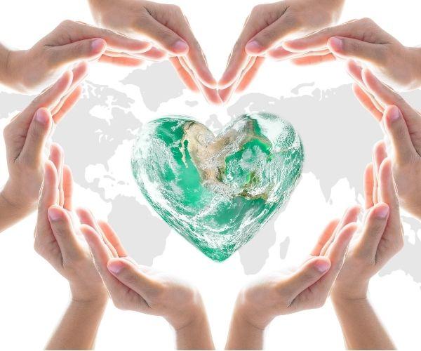 Hände halten unsere Erde fest